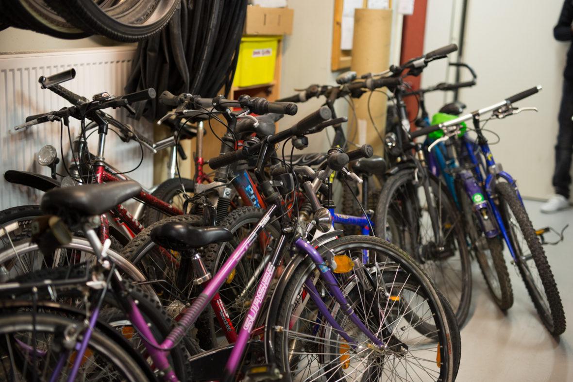 An einer Wand lehnen mehrere Fahrräder.