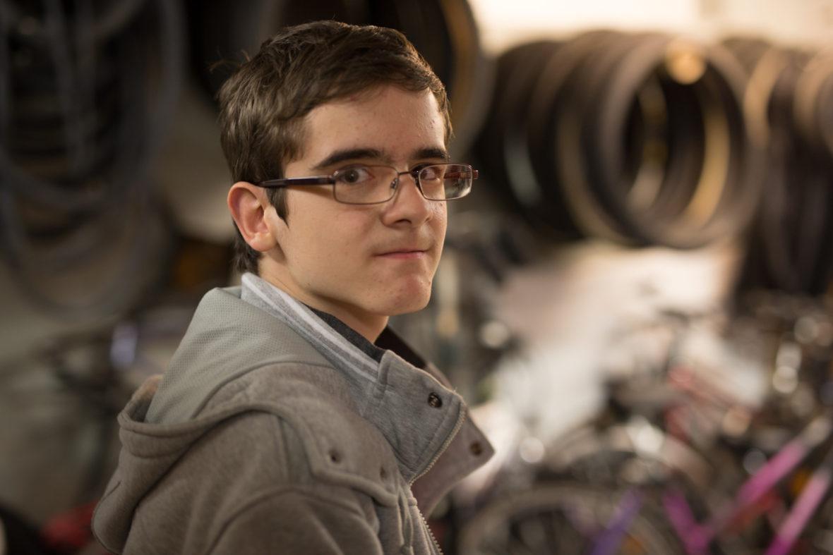 Der 14-jährige Hartmut Huber hilft Peschke seit dem Sommer in der Werkstatt aus. Von Peschke gibt es viel zu lernen.