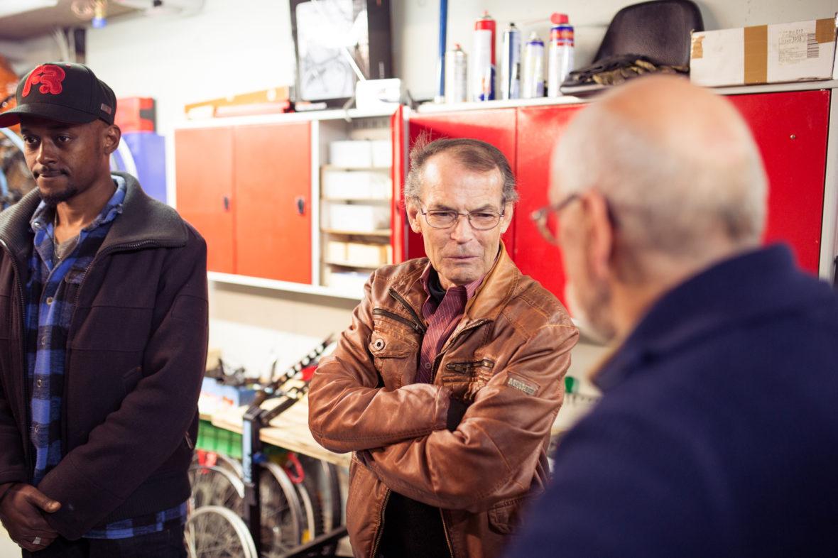 Peschke unterhält sich mit Helmut Schurtzmann, der das Fahrrad seiner Frau zur Reparatur mitgebracht hat.