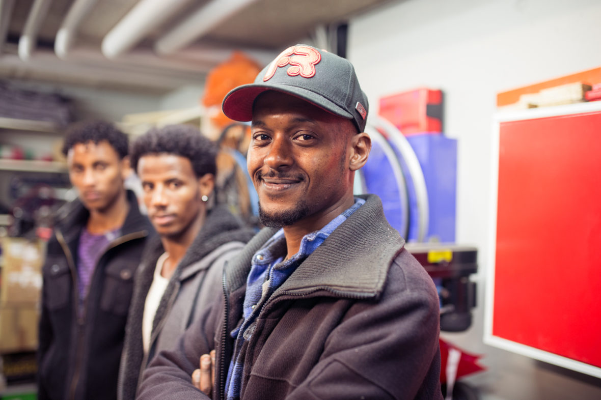 Von links nach rechts: Amanial, Abdhanom und Amin. Die drei Männer kommen aus Eritrea und kommen oft in der Fahrradwerkstatt vorbei.