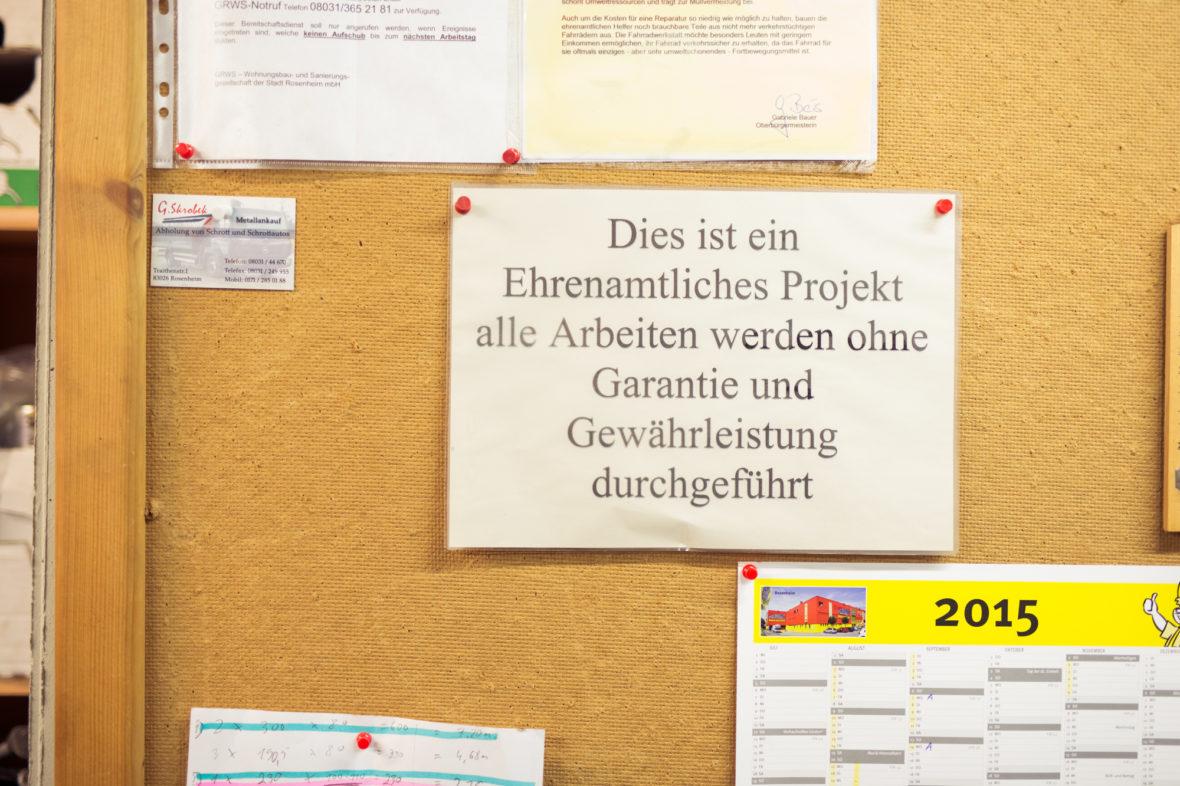 Ein Zettel an der Pinnwand weist darauf hin, dass alle Arbeiten ohne Garantie und Gewährleistung erledigt werden. Schließlich ist es ja ehrenamtlich.