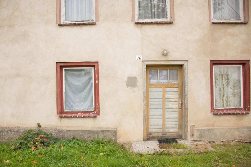 Ein verlassenes Haus am Straßenrand.