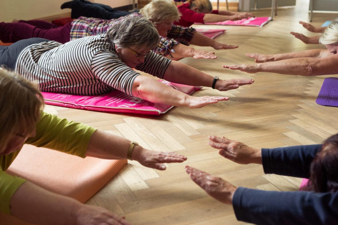 Die Seniorinnen bei einer Yogaübung.