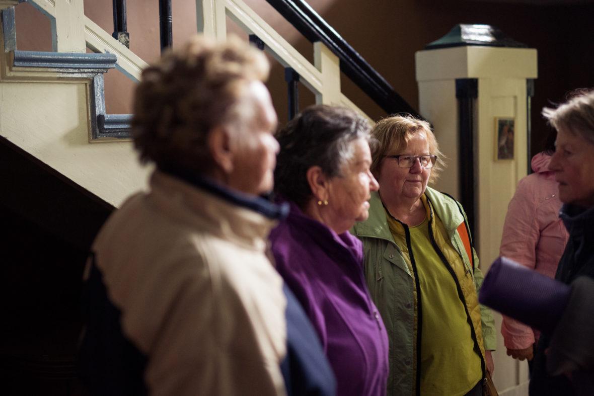 Schulz und die Seniorinnen im Treppenhaus des Gutshof Seeblick.