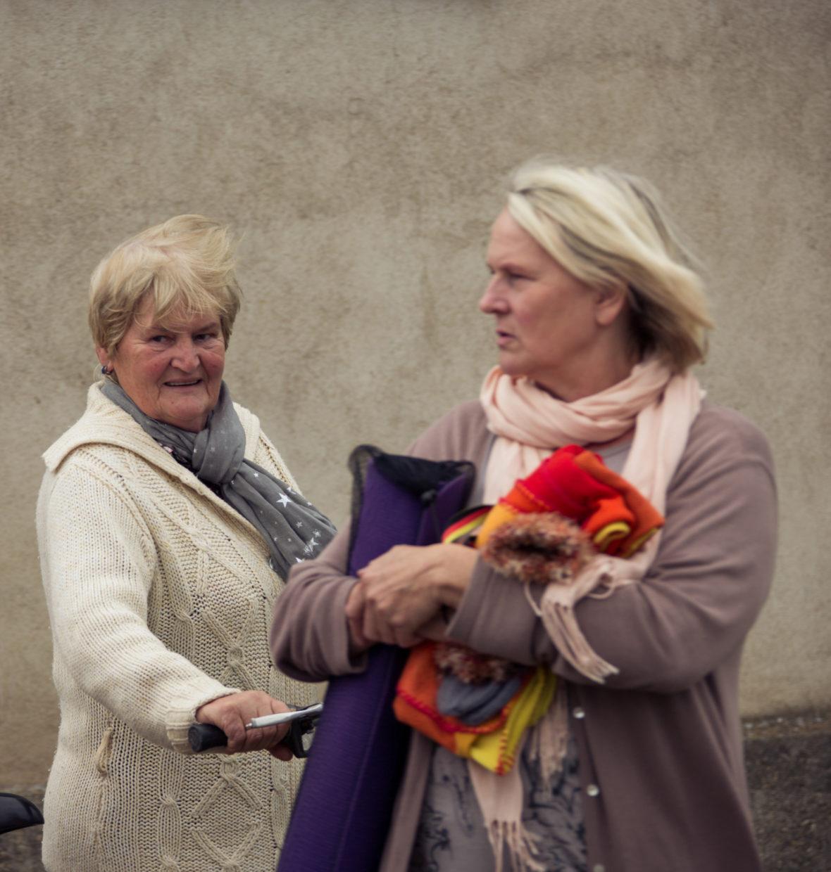 Zwei Seniorinnen vor der Yoga-Stunde im Gespräch.