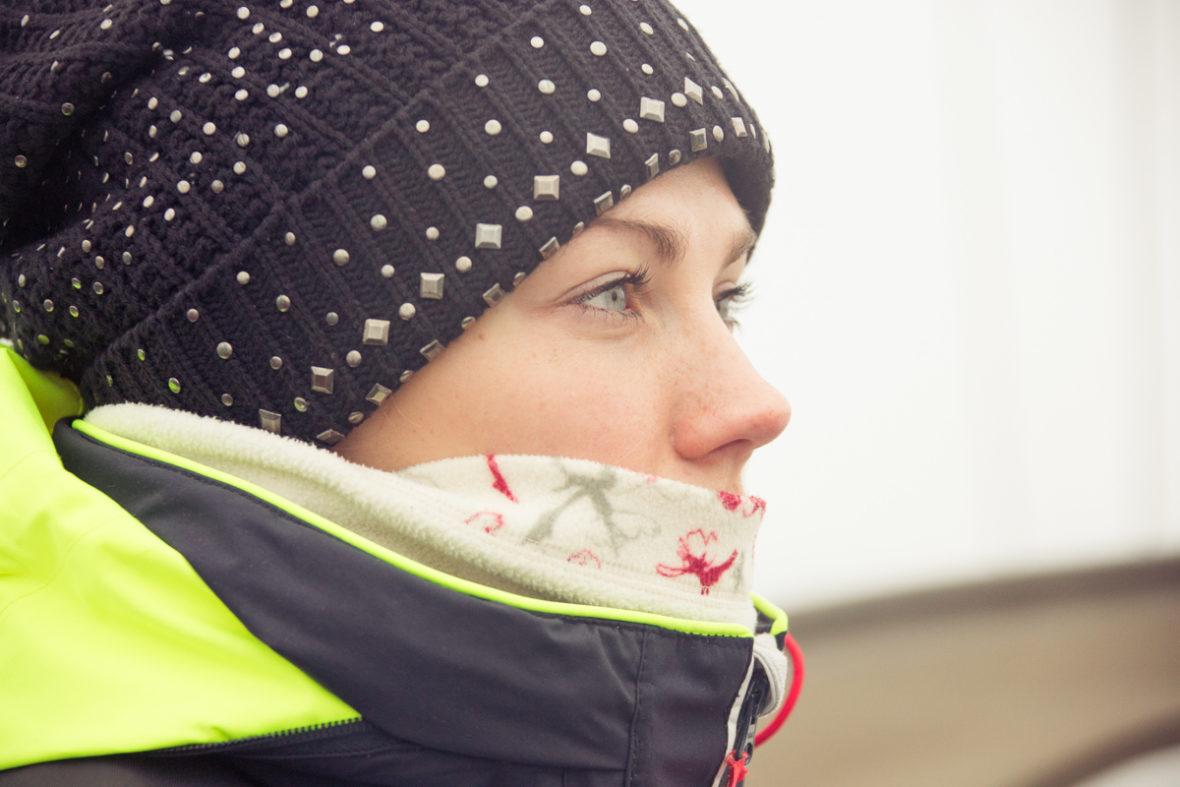 Porträt des Profils einer Segelrebellin. Sie schaut in die Ferne.