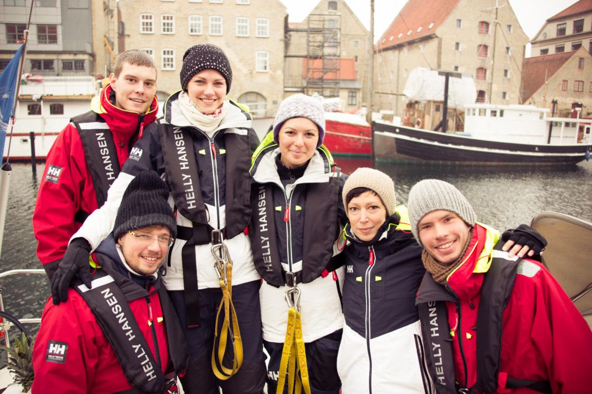 Ein Gruppenfoto von sechs Segelrebellen. Im Hintergrund der Hafen von Kopenhagen.
