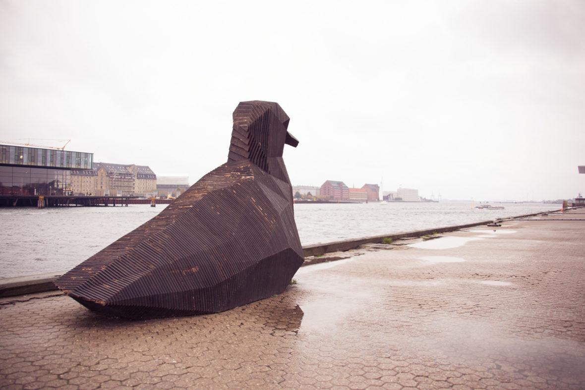 Eine überdimensionale Skulptur einer Möwe im Hafen von Kopenhagen.