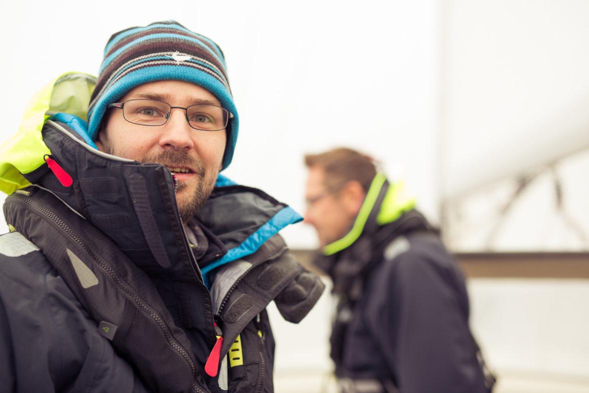 Porträt von Segelrebellen-Gründer Marc Naumann auf dem Segelschiff.