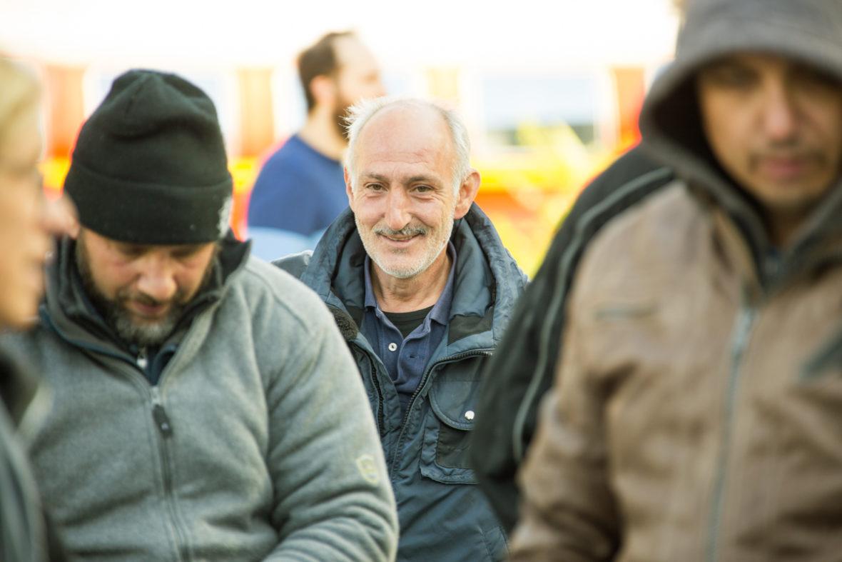 Ein Mann lächelt erschöpft aber glücklich in die Kamera.