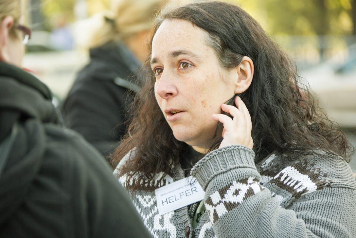 Tina Benz im Gespräch mit einer obdachlosen Frau.