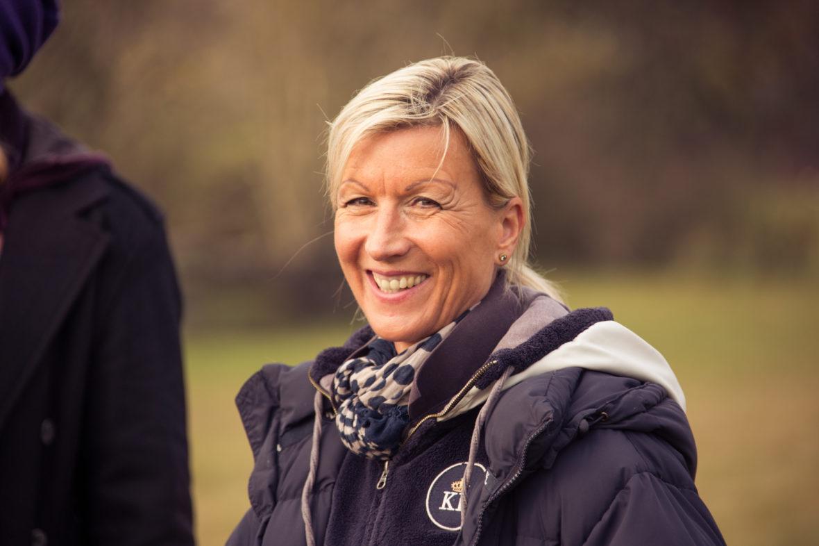 Porträt von Mächold. Sie lacht in die Kamera.