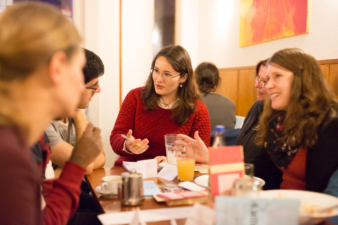 Unsere Autorin Maria Wiesner spricht mit den Teilnehmern des Stammtischs.