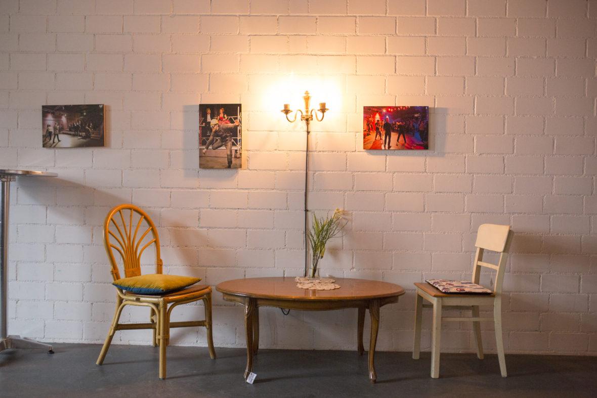 Mit viel Liebe zum Detail und Vintage-Möbeln wurden die alten Fabrikhallen zum charmanten Café umgestaltet. Theaterbilder an den Wänden zeigen, was sich hier abspielt.