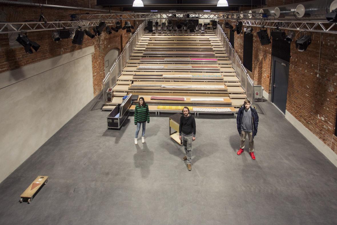 Vanessa, Daniel Reichelt und Denis stehen auf der Bühne vor leeren Rängen in der Alten Seilerei in Bamberg.