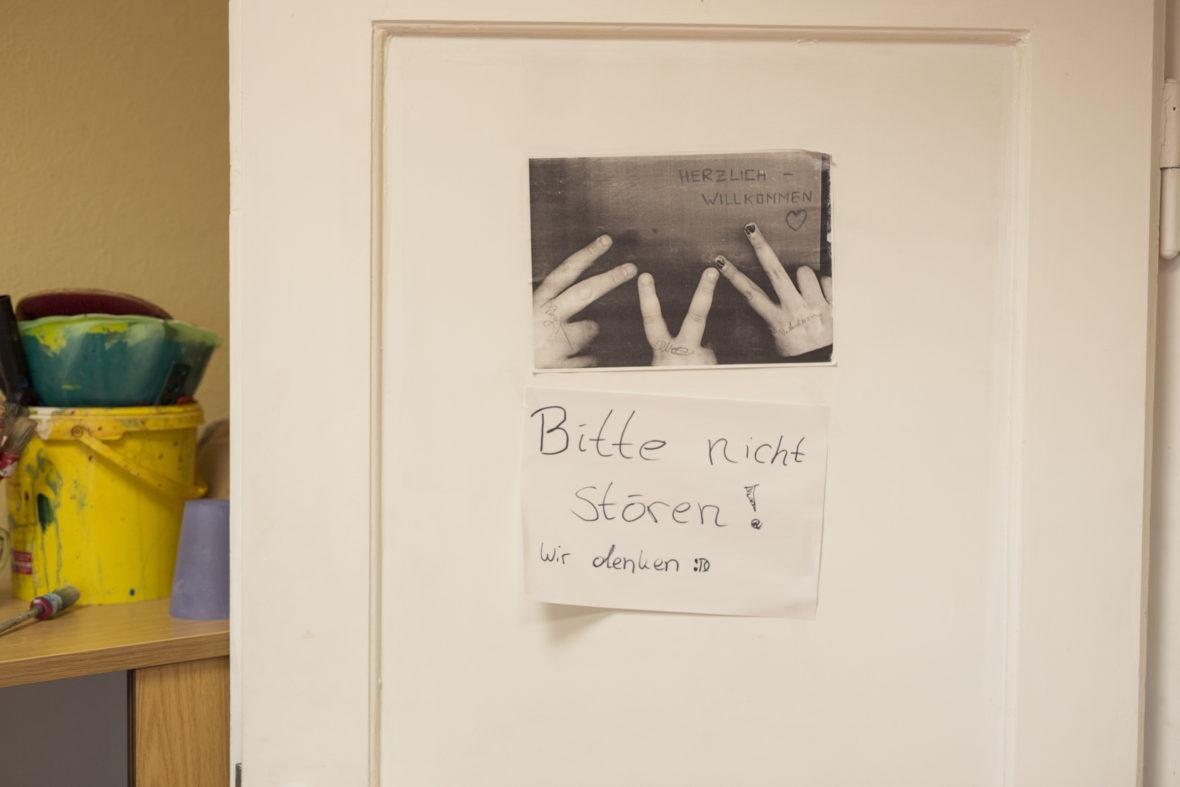 """""""Bitte nicht stören! Wir denken"""" steht auf einem selbst kopierten Zettel am Eingang zum Vereinsbüro. Hier arbeiten die Jugendlichen an ihren Bewerbungen."""