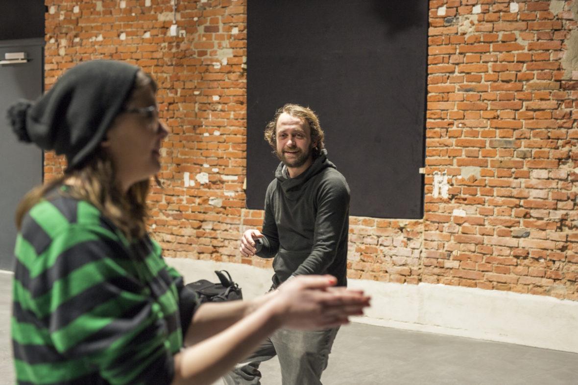 Diplom-Pädagoge Daniel Reichelt beobachtet Vanessa bei einer der Lockerungsübungen auf der Theaterbühne