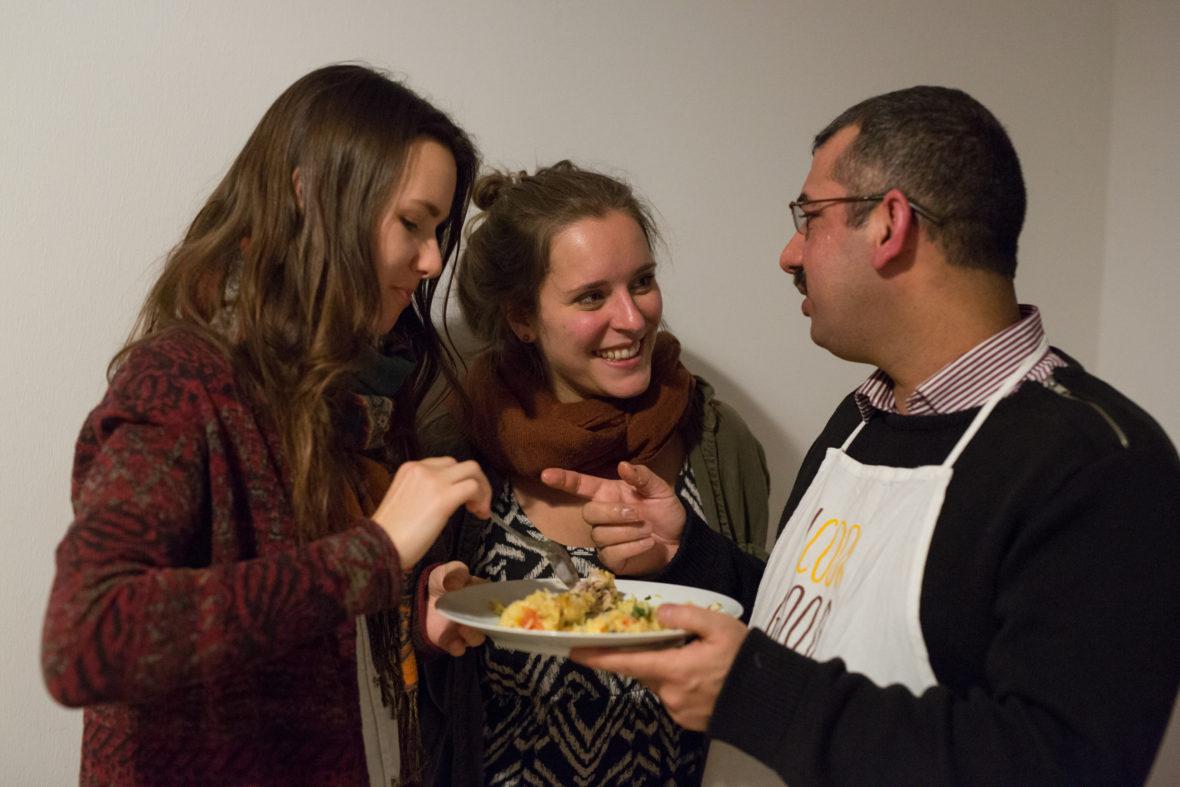 Drei Leute essen von einem Teller, in der Mitte: Gründerin Lisa Thaens.