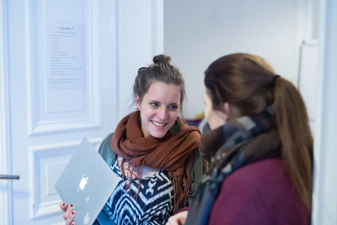 Gründerin Lisa Thaens im Gespräch mit einer Teilnehmerin.