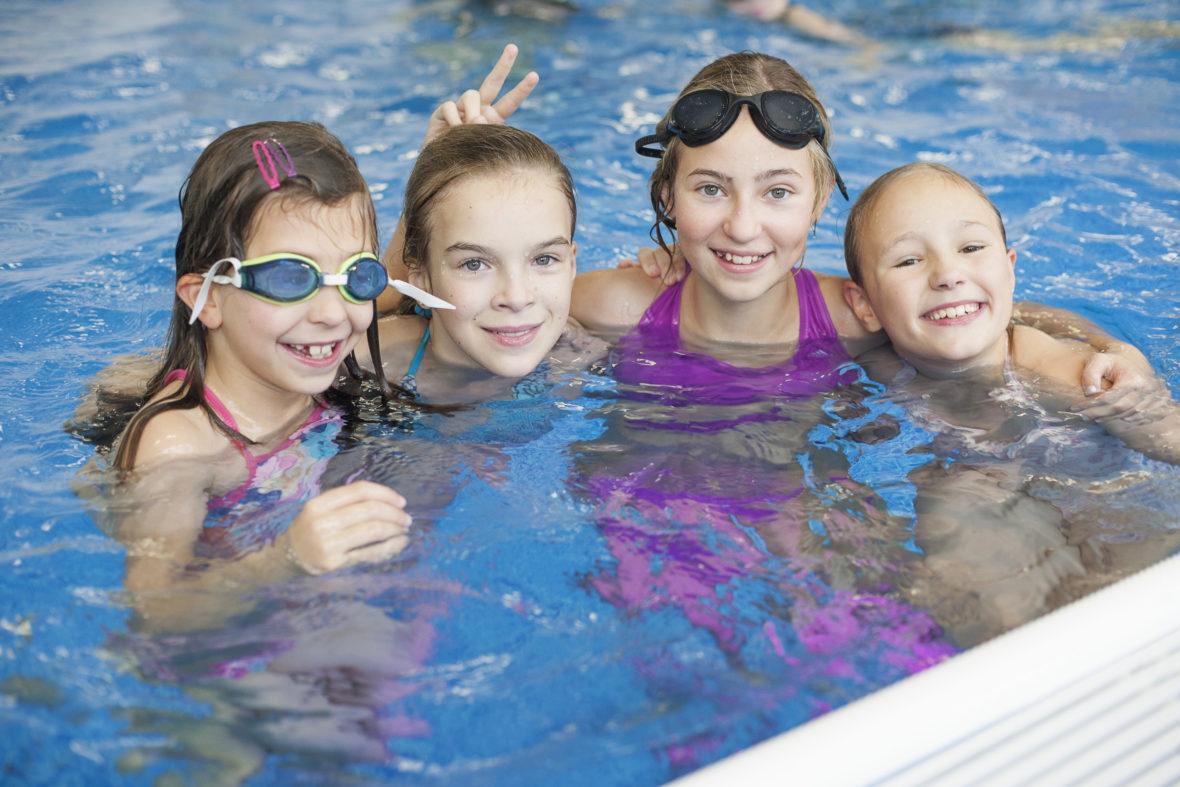 Kinder aus einkommensschwachen Familien können oft nicht einfach mal mit ihren Freunden ins Schwimmbad oder ins Kino gehen.