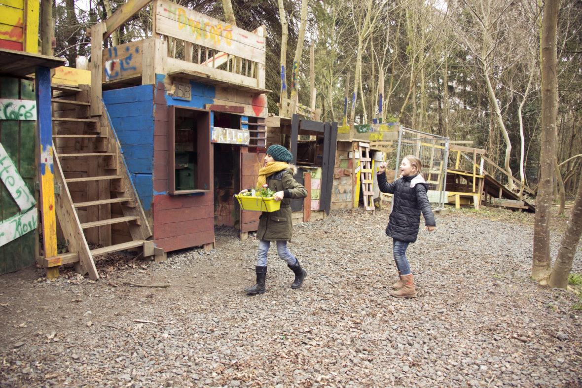 Kinder vor Holzhütten