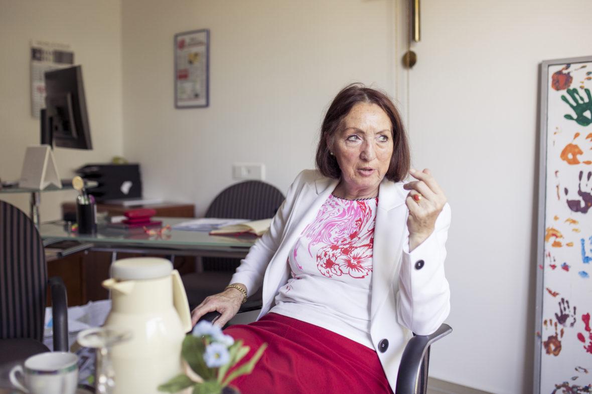 """Die Leiterin des Projekts """"Grüne Damen und Herren"""" in Hamm sitzt in ihrem Büro und erzählt."""