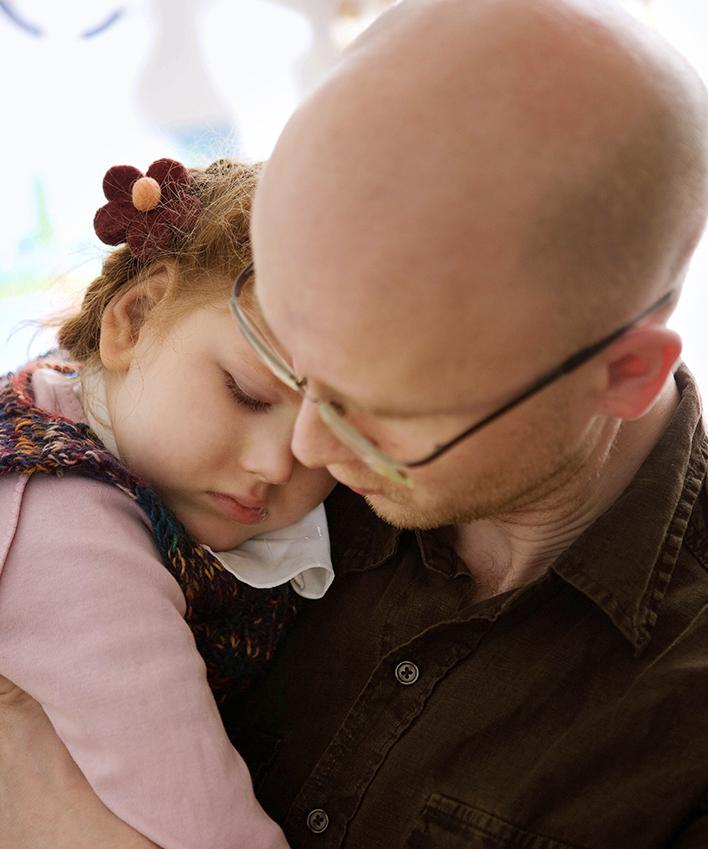 Linn sucht Geborgenheit bei ihrem Vater Dirk. Für die Eltern ist das Oskar-Sorgentelefon in den dunklen Stunden da.