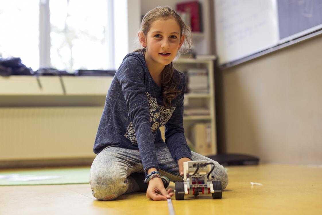 Ein Mädchen mit seinem selbst programmierten Roboter