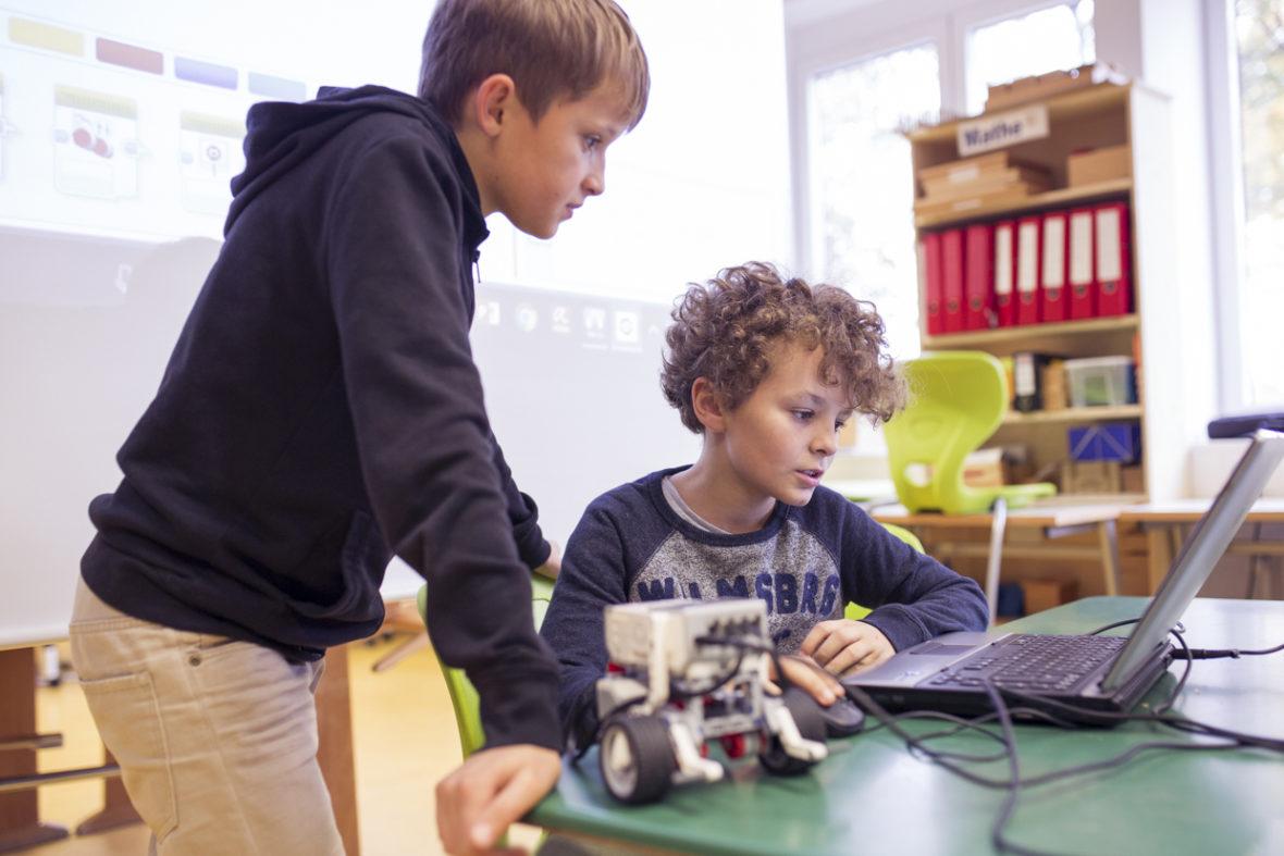 Jungs überarbeiten das Programm ihres Roboters