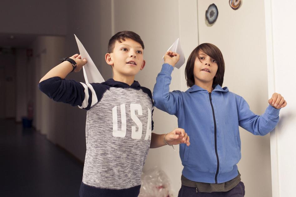 Schüler schießen Papierflieger