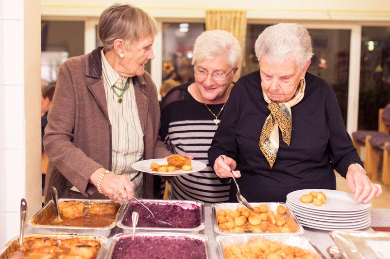 Drei Frauen am Buffet