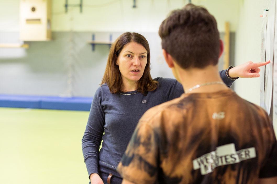 Rebekka Henrich erklärt einem Jungen die Regeln im Coolness-Training.