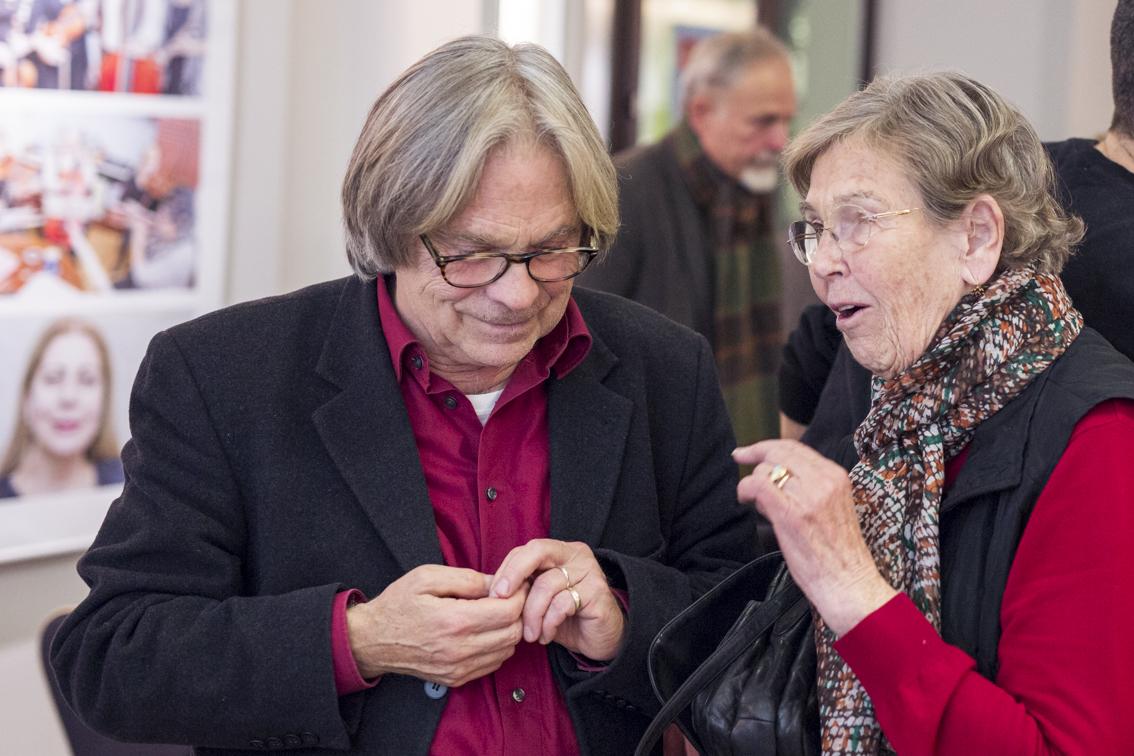 Eine Frau im vertieften Fachgespräch mit dem Komponisten.