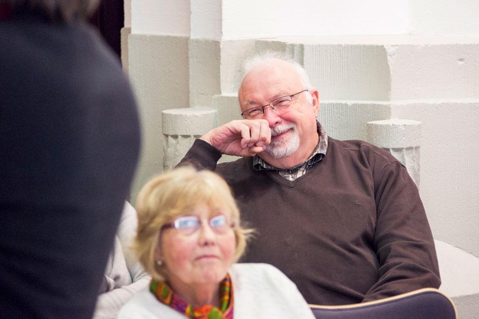 Erfreute Zuhörer bei einem Komponisten-Vortrag.