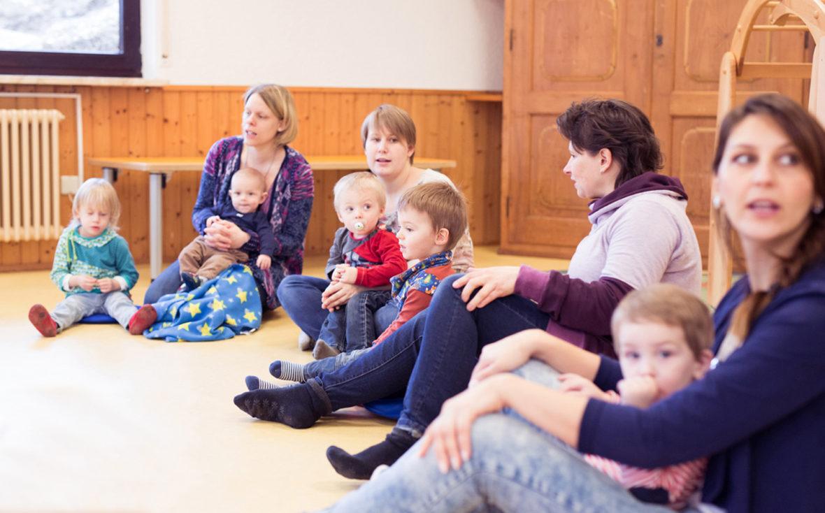 Die Teilnehmer des Familientreff Eislingen in einer Sitzgruppe.