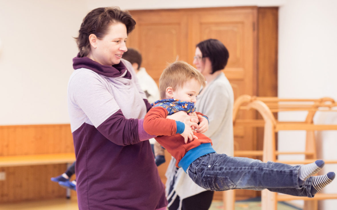 Mutter Tanzt mit ihrem Sohn.