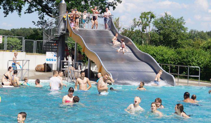 Grabow_Schwimmbad-Menschen