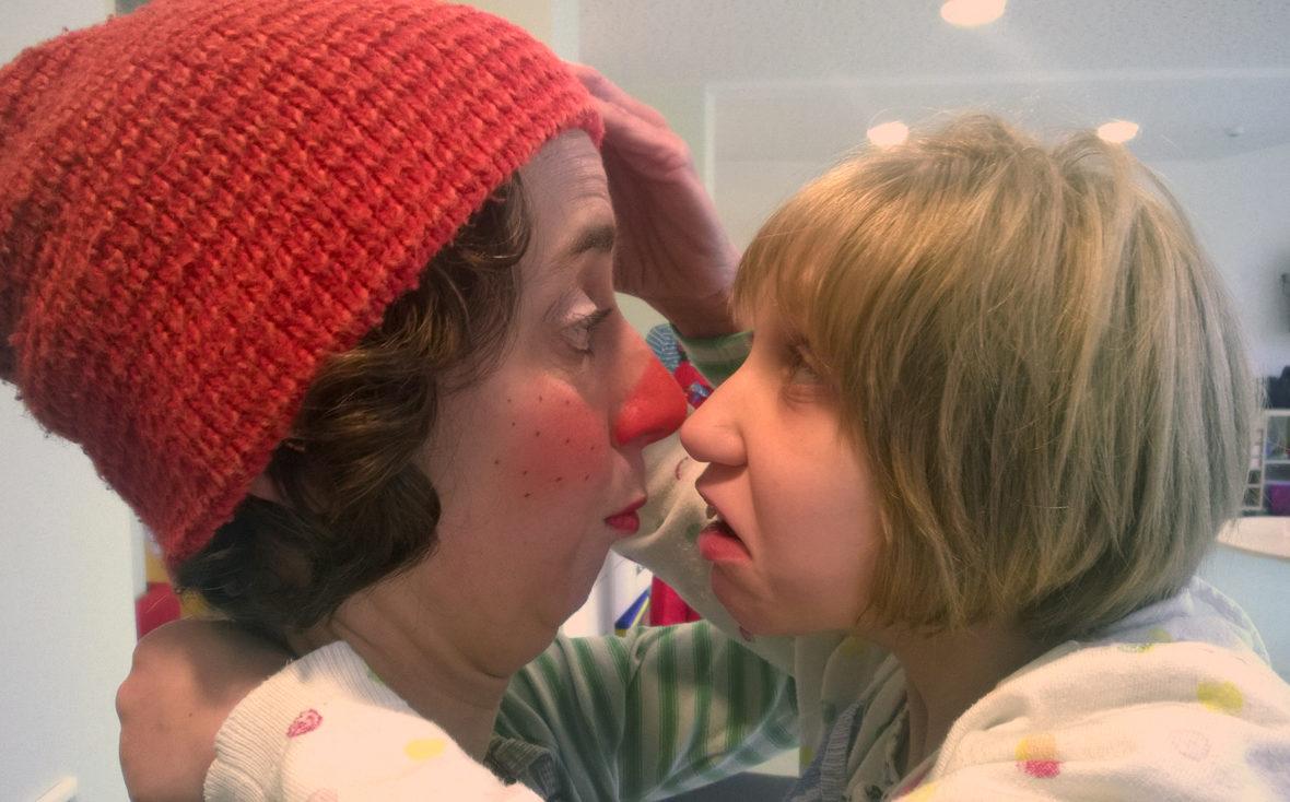 Antje Kilian als Klinikclown Socke mit einer Patientin