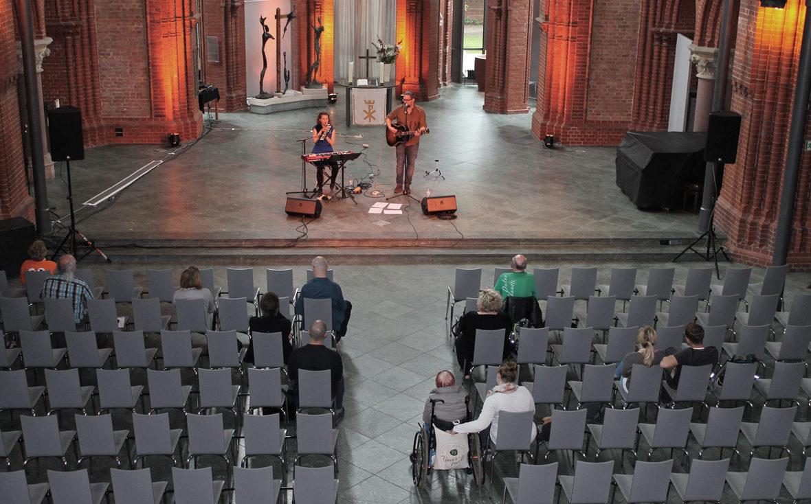 Band Sonnendeck in der Kirche mit vereinzeltem Publikum