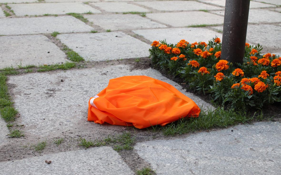 Das Banner liegt noch zerknäult auf dem Boden
