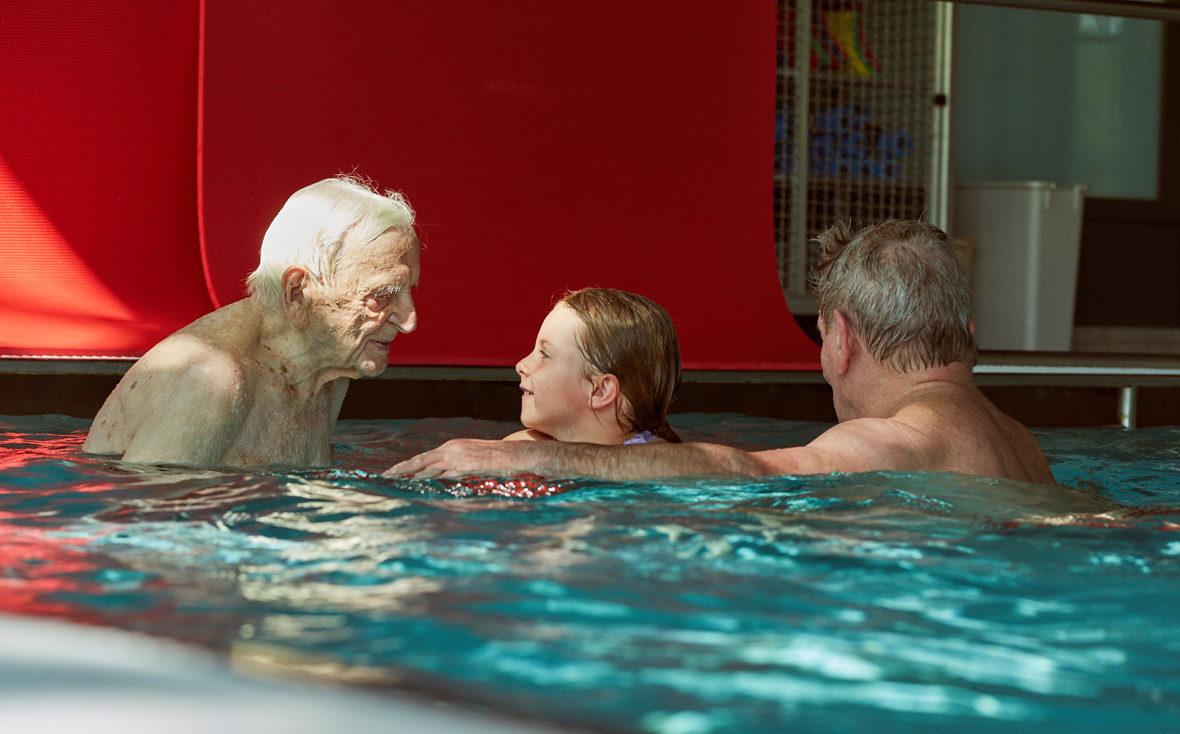 Leo lobt ein Mädchen beim Schwimmtraining