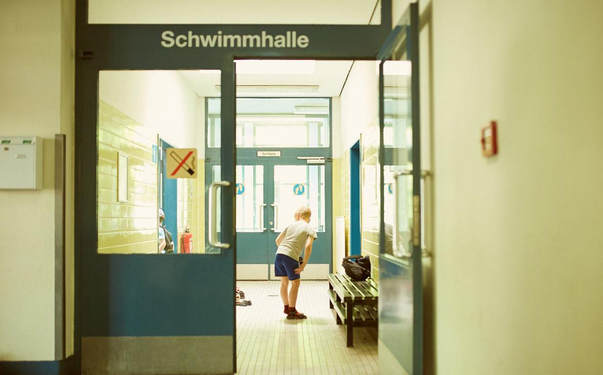 Kind im Eingang der Schwimmhalle