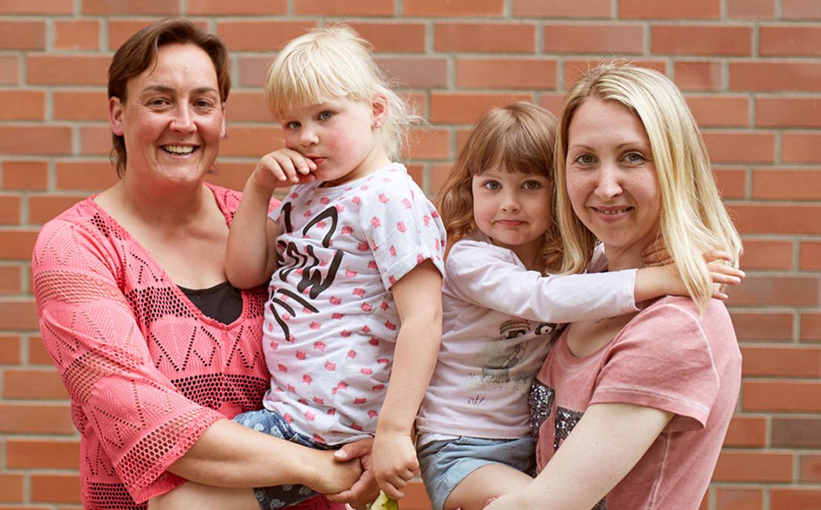 Andrea und Stephanie mit ihren Kindern