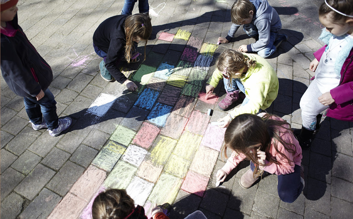 Kinder malen Kreide