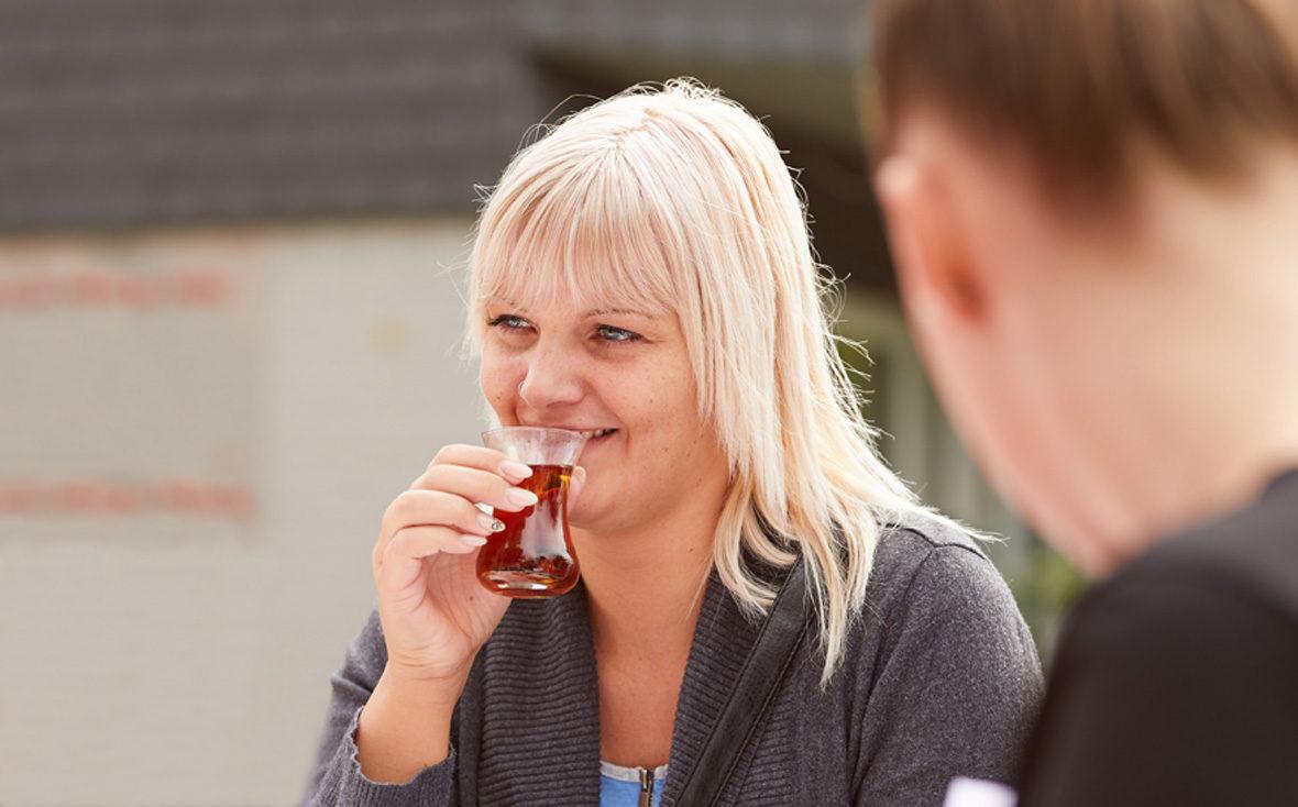 Eine Frau trinkt Tee.