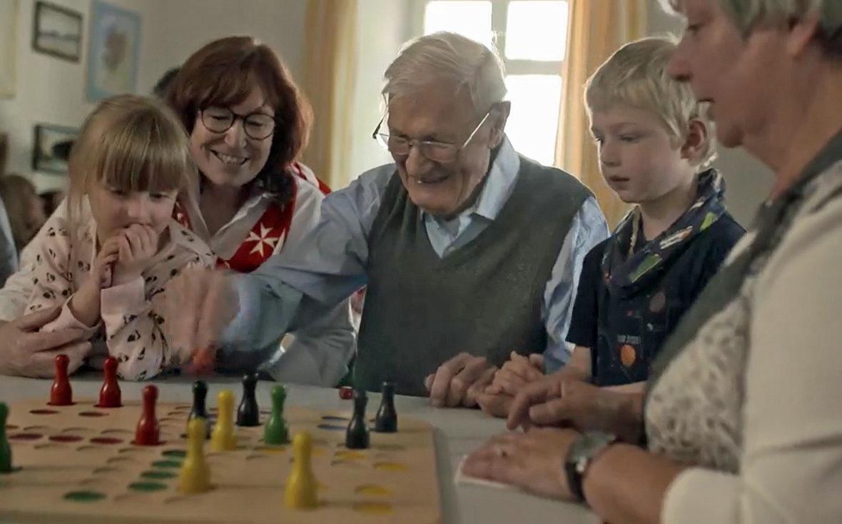 Gesellschaftsspiele mit Alt und Jung im Demenz Café Malta