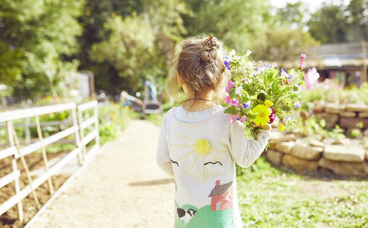 Mädchen mit Blumenstrauß.