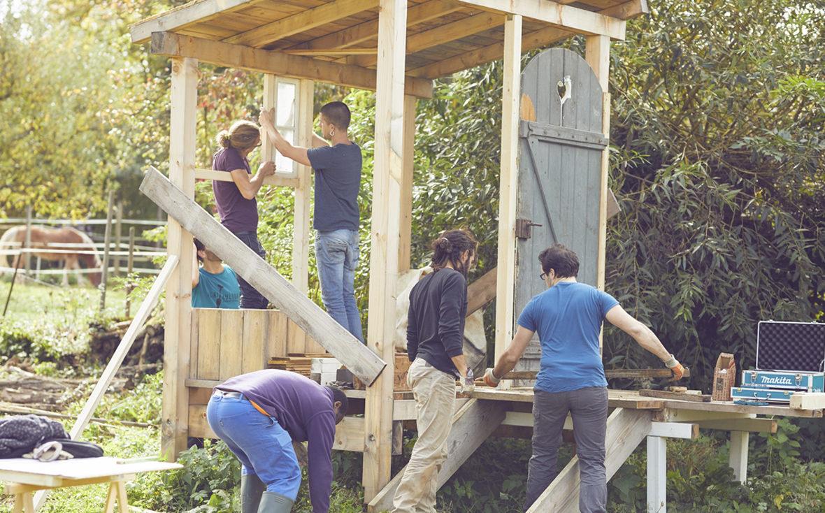 Im Gemeinschaftsgarten von zusammen gärtnern e.V. wird eine Komposttoilette gebaut.