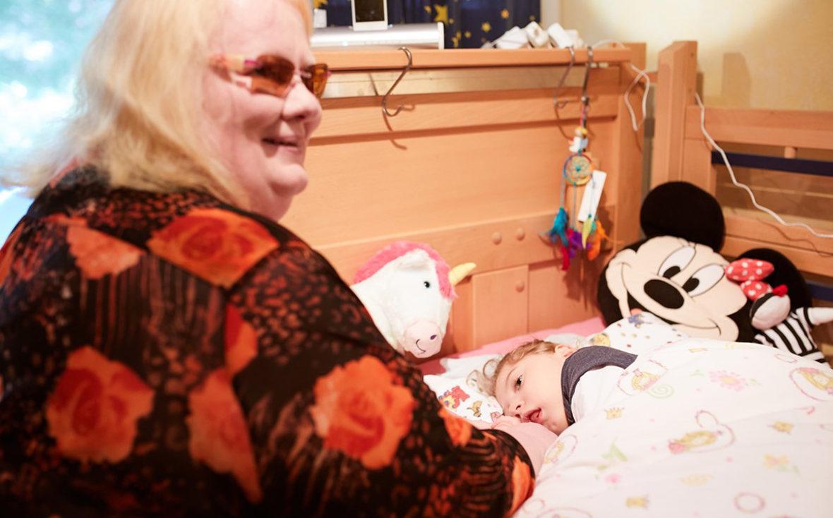 Birte Wiebeck am Bett ihrer Pflegetochter Kiara.