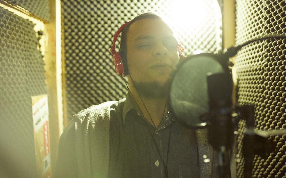Habib singt im Tonstudio einen Song ein.